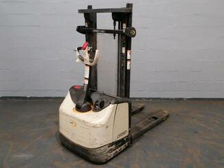 Stacker com condutor a pé Crown WF3000 - 1