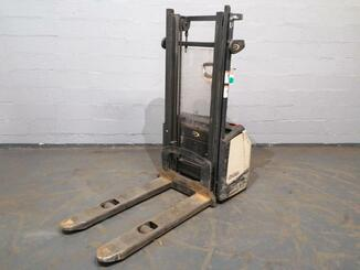 Stacker com condutor a pé Crown WF3000 - 5