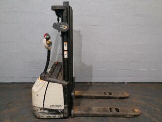 Stacker com condutor a pé Crown WF3000 - 4