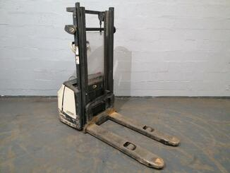 Stacker com condutor a pé Crown WF3000 - 7