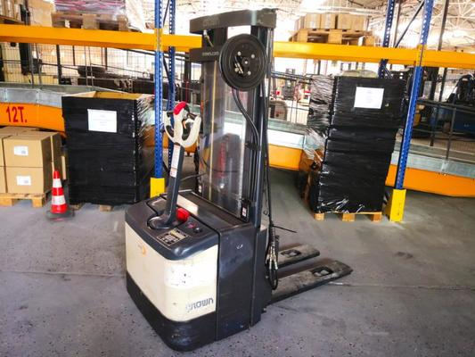 Stacker com condutor a pé Crown WE2300 - 1