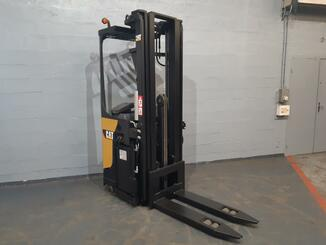 Stacker com condutor transportado Caterpillar NSR20N - 8